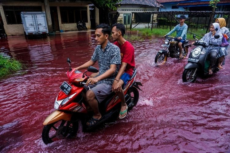 Indonesian Town Turns The Water Red After Flood Is Due To The Batik Dye